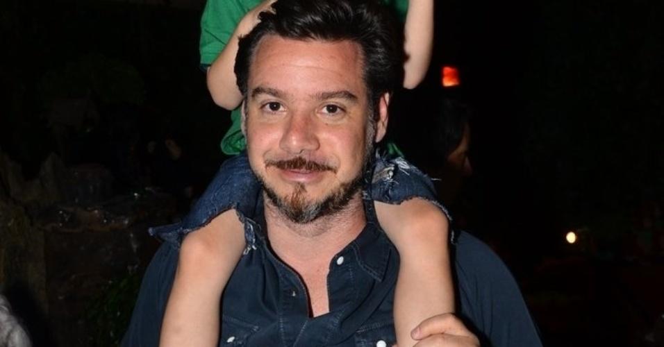 20.out.2013 - Alexandre Iódice carrega o filho Vittorio nos ombros durante o Kids Fashion Show, evento de moda realizado em São Paulo
