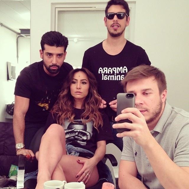 20.out.2013 - Sabrina Sato recebe a visita do namorado, João Vicente, em seu camarim. O clique da musa do