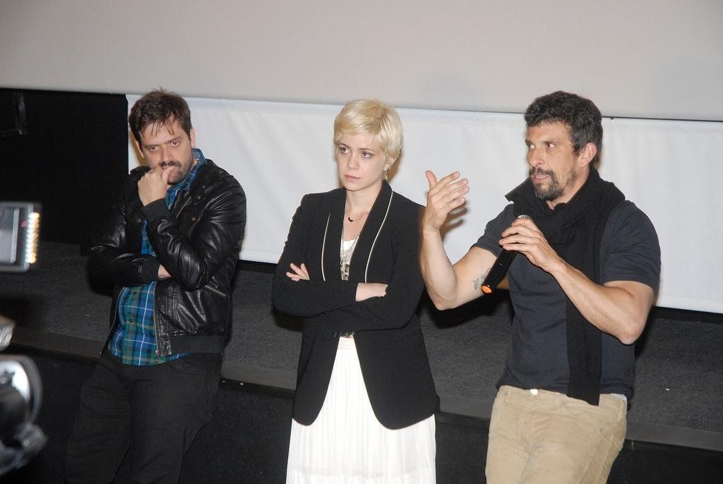 19.out.2013 - O diretor Fernando Coimbra e os atores Leandra Leal e Milhem Cortaz apresentam a sessão de