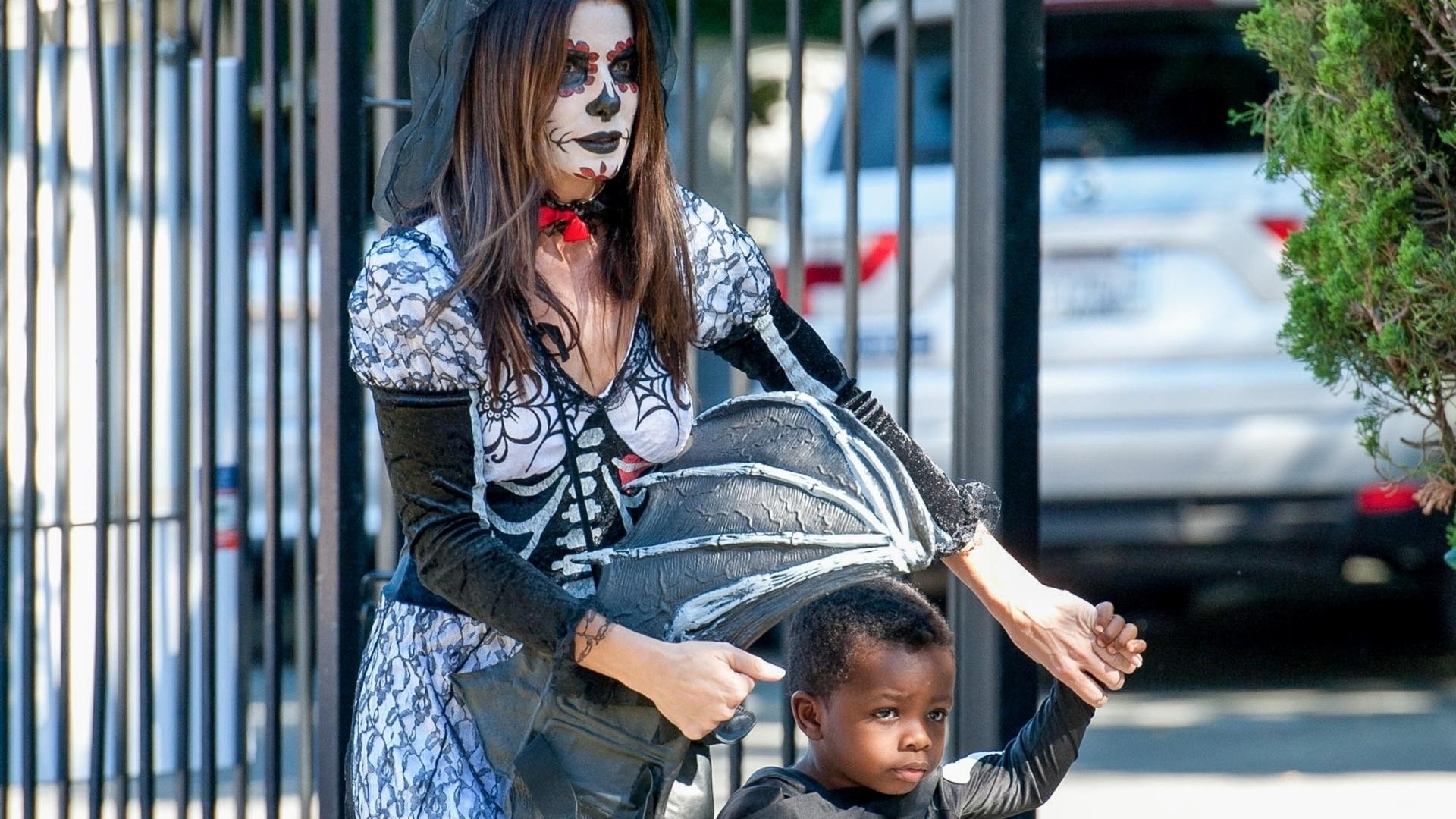 20.out.2013 - A atriz Sandra Bullock e o filho, Louis Bardo, de três anos, se fantasiam para o Halloween