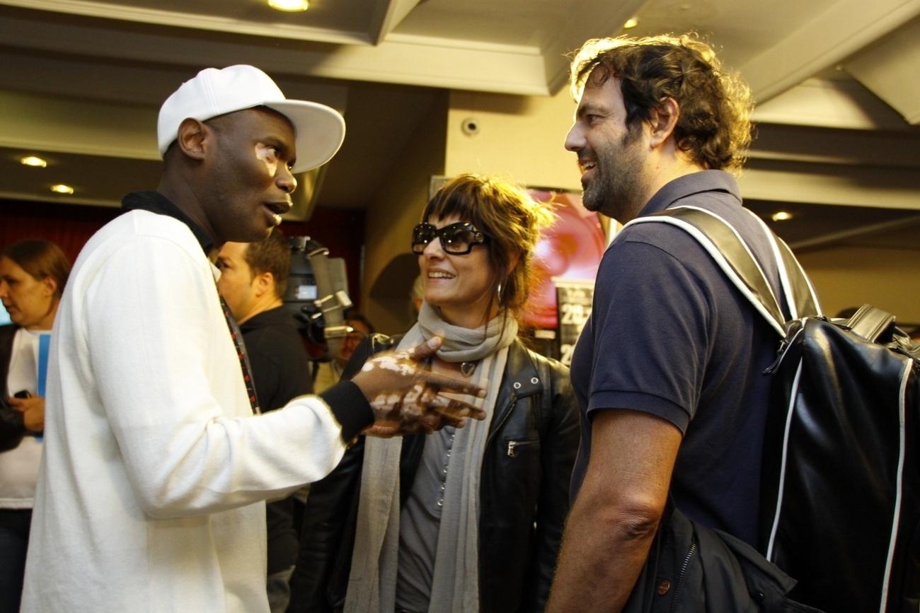 21.out.2013 - Rappin Hood conversa com o casal de músicos Fernanda Abreu e Tuto Ferraz na Festa Nacional da Música, em Canela (RS)
