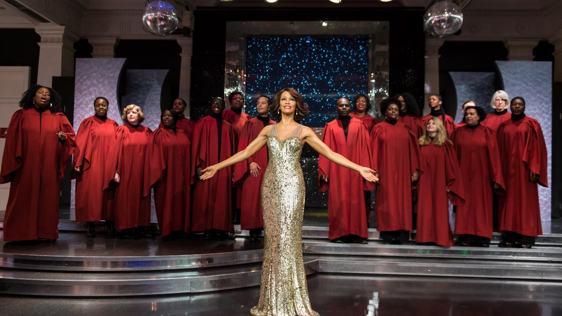 21.out.2013 - Whitney Houston ganha estátua de cera no museu Madame Tussauds de Londres. Para a inauguração da figura, os coristas do London Gospel Factory Choir foram convidados a cantar. A artista morreu em 2012, vítima de fogamento acidental devido a doença cardíaca e ao uso de cocaína