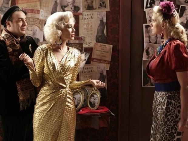 """Em """"Joia Rara"""", Aurora expulsa Lola do camarim e humilha a vedete"""