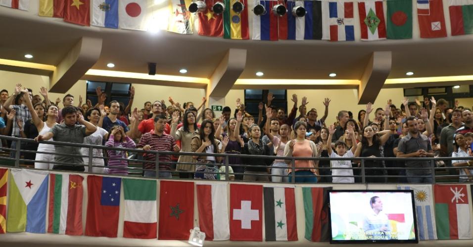 Fiéis acompanham a pregação de André Valadão durante culto na Igreja Batista da Lagoinha, que tem capacidade para 6500 pessoas