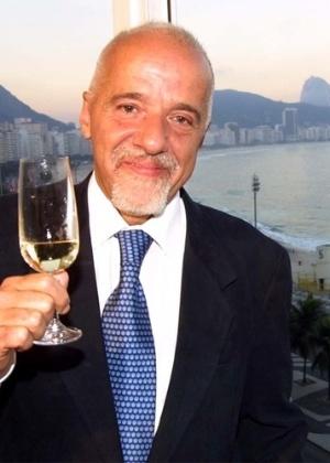 O escritor Paulo Coelho em seu apartamento em Copacabana, no Rio de Janeiro - Reprodução
