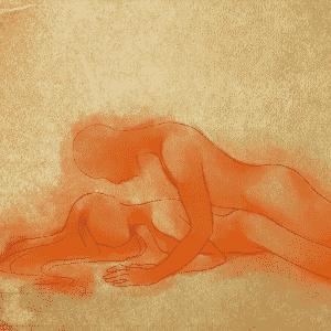 POSIÇÃO 3: a mulher se deita de barriga para baixo, com as pernas ligeiramente abertas e o quadril um pouquinho levantado. O homem se encaixa no meio, também deitado, fazendo a penetração vaginal por trás. Diferentemente da posição em que a mulher fica de quatro e a penetração é mais profunda, essa possibilita o contato direto com a parede anterior da vagina, área bastante estimulante para grande parte das mulheres. - Leh Latte/UOL