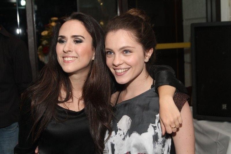 21.out.2013 - As atrizes Tatá Werneck e Cecília Dassi posam no aniversário do promoter Glaycon Muniz em churrascaria da Barra da Tijuca, no Rio de Janeiro