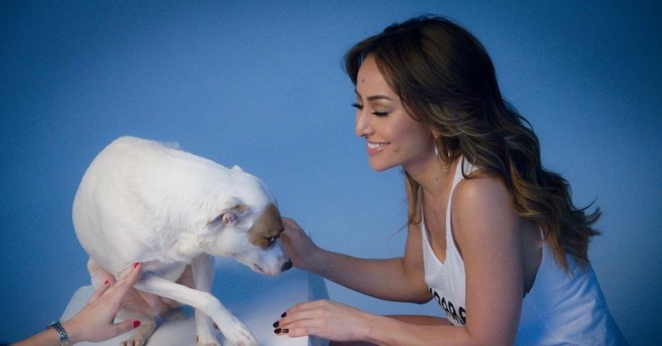 20.out.2013 - Sabrina Sato fotografou para o calendário da Ampara Animal, projeto em prol a campanha de adoção de cães e gatos vira-latas