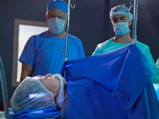 23.out.2013 - Pilar (Susana Vieira) tem uma crise de apendicite e precisa ser operada às pressas.