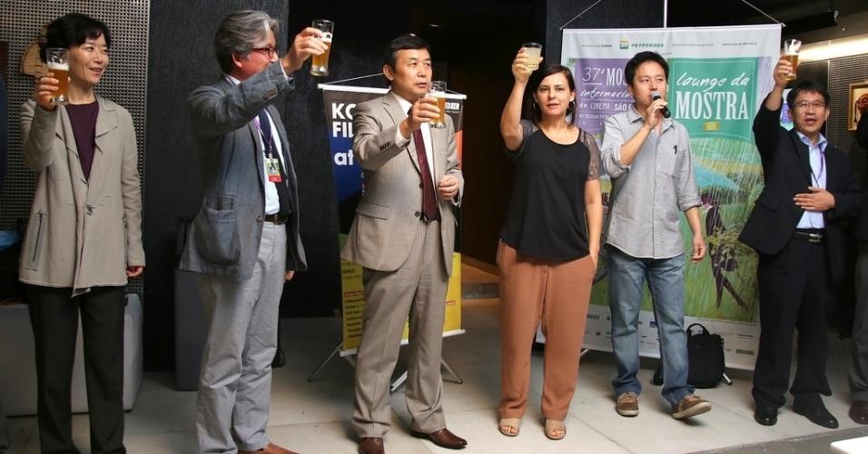22.out.2013 - Renata de Almeida (centro), diretora da Mostra de São Paulo, com a delegação coreana durante anúncio de acordo de cooperação para produção de cinema entre Brasil e Coreia do Sul