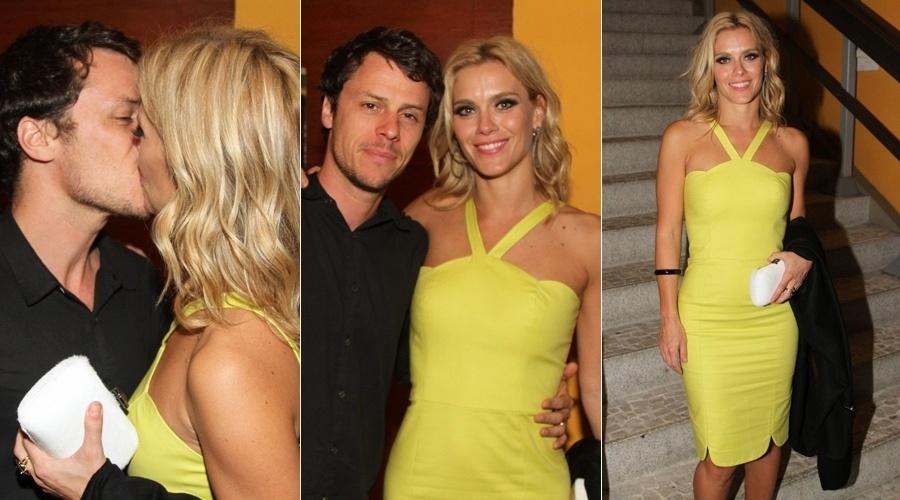 23.out.2013 - Carolina Dieckmann trocou beijos com o marido, Tiago Worcman, durante pré-estreia do filme