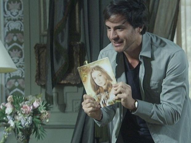 23.out.2013 - Em Amor a vida, Thales consegue publicar o livro sobre a história de amor com Nicole