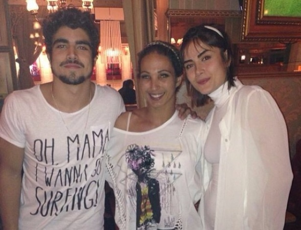 23.out.2013 - Valesca Popozuda tietou os atores Caio Castro e Maria Casadevall.