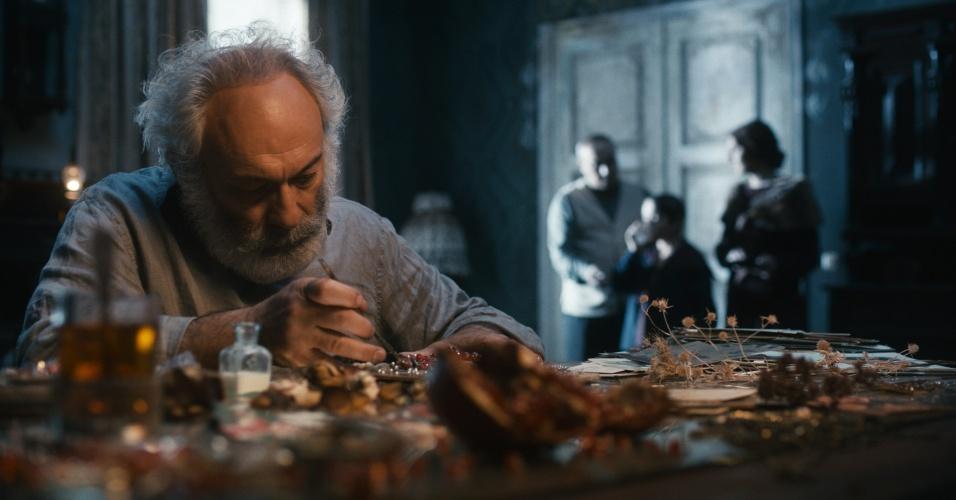 A fórmula encontrada pelos diretores para reconstituir a vida do cineasta soviético Sergei Paradjanov nem sempre acerta, apostando num humor meio maluquinho e no excesso de cores. Mas a trajetória deste amante da beleza é tão fascinante que o filme, representante da Ucrânia na disputa ao Oscar, vale a espiada