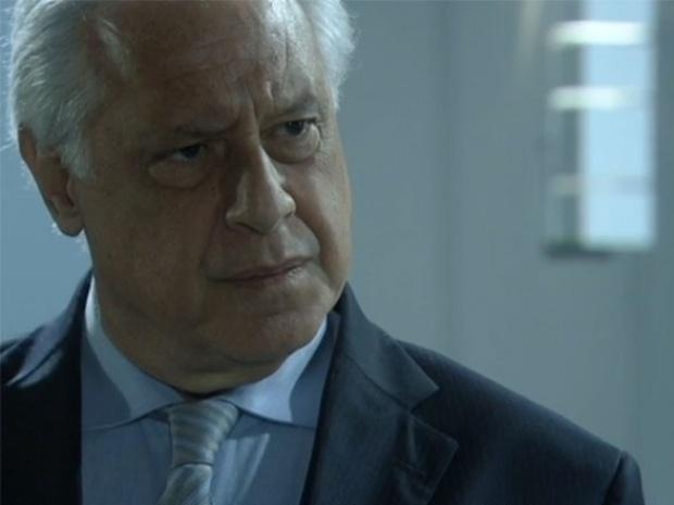 """Em """"Amor à Vida"""", César confronta Félix sobre recontratação de Atílio"""