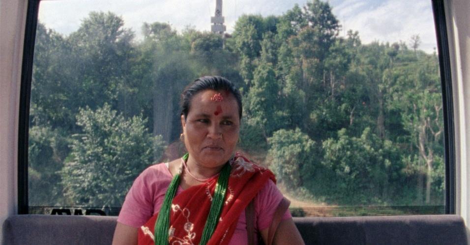 Manakamana é o templo da deusa hindu Bhagwati nas montanhas do Nepal, que atrai milhares de visitantes. O documentário reproduz essa rotina, acompanhando idas e vindas dos devotos da deusa, mas sem sair do teleférico, guardando o mistério de sua imagem e de sua morada. Cada viagem nos revela uma face do povo do Nepal