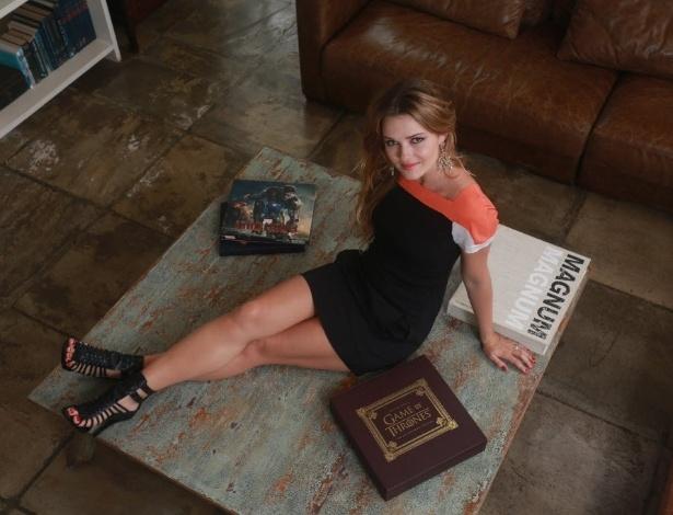 """23.out.2013 - Nanda Ziegler, a Xuxu de """"Pecado Mortal"""", da Record, posa em sua casa no Rio. Na história, a personagem é uma stripper"""