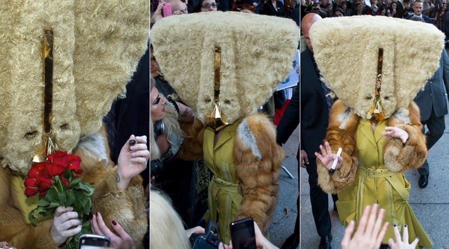 """24.out.2013 - Lady Gaga escolheu uma máscara bizarra para atender aos fãs que aguardavam. A cantora está em Berlim, na Alemanha, para divulgar seu novo álbum """"ARTPOP"""""""