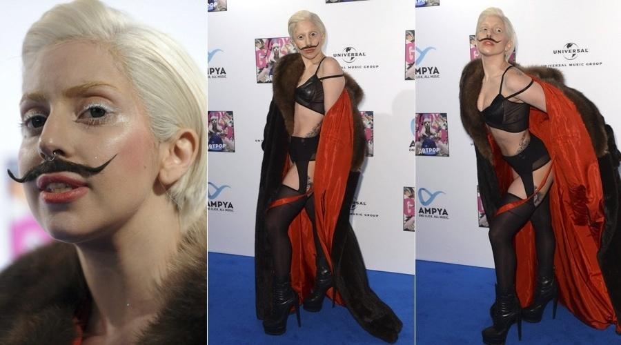24.out.2013 -Lady Gaga voltou a chamar atenção durante sua passagem por Berlim, na Alemanha. A cantora apareceu usando bigode falsa e de sutiã para o evento de divulgação do seu novo álbum