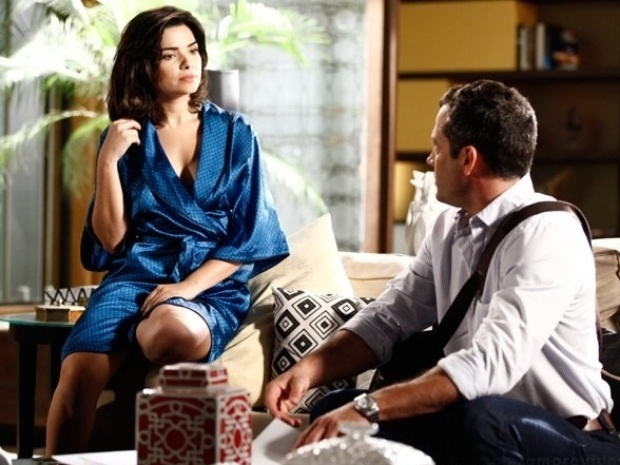 """Em """"Amor à Vida"""", Aline aparece de robe na frente de Bruno e tenta seduzi-lo"""