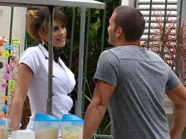 """Em """"Malhação"""", Fábio e Luciana flertam na barraca de angu"""