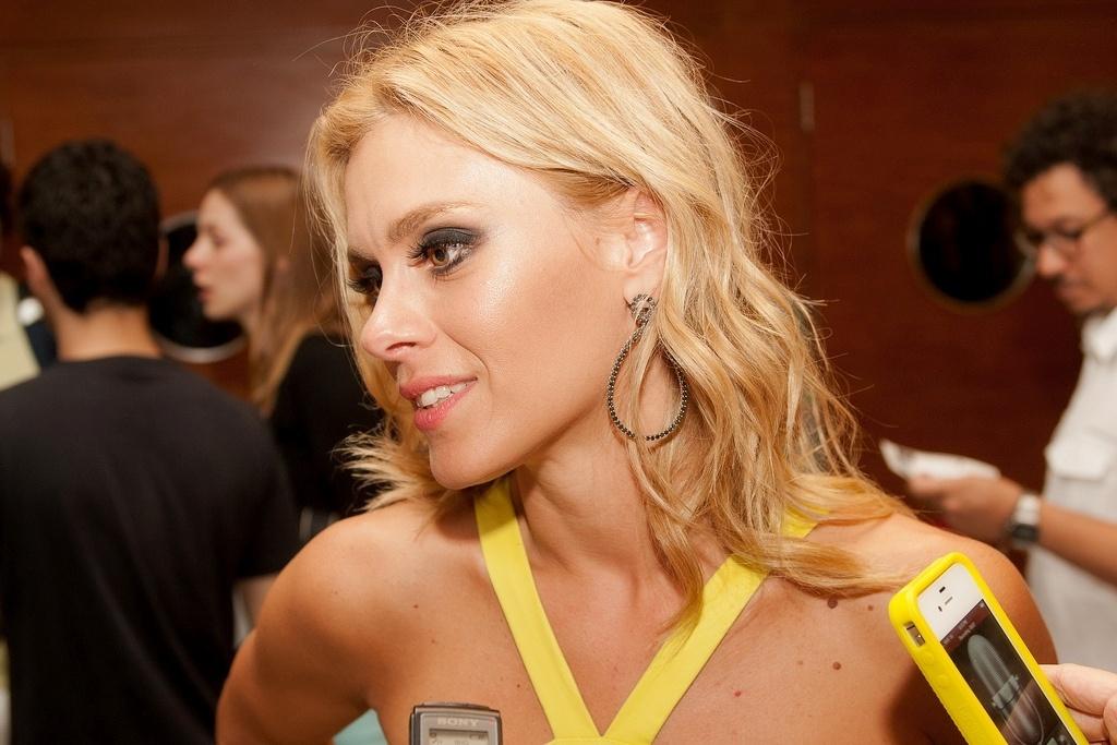 23.out.2013 - A atriz Carolina Dieckmann conversa com jornalisats antes da exibição do filme