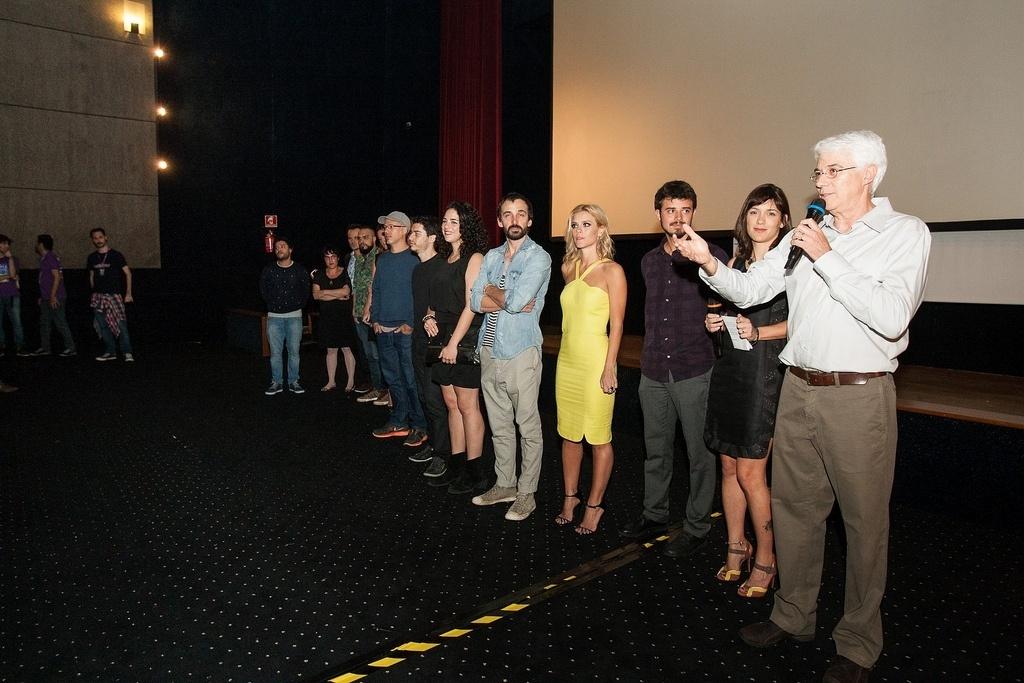23.out.2013 - O diretor Paulo Morelli e o elenco do filme