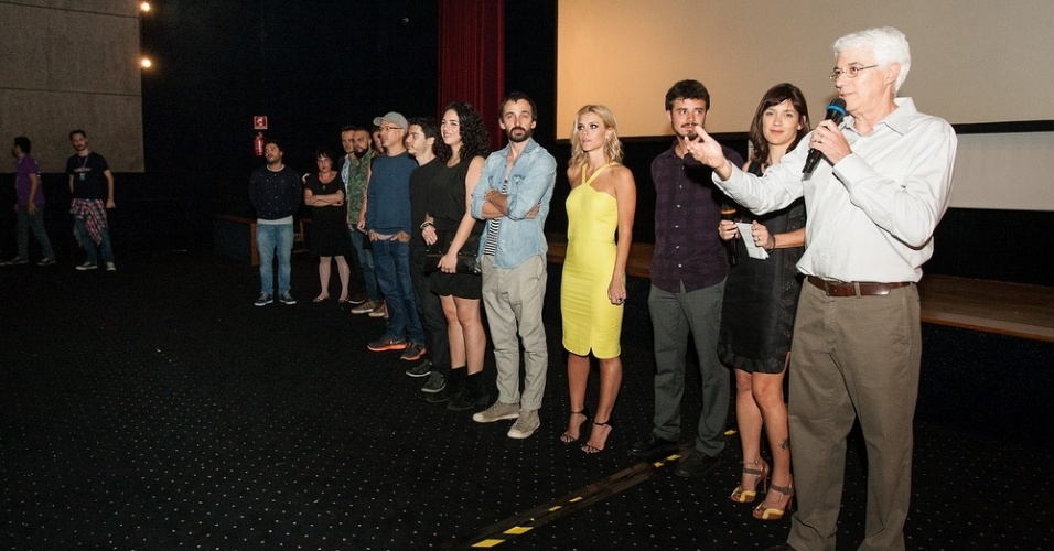 23.out.2013 - O diretor Paulo Morelli e o elenco do filme