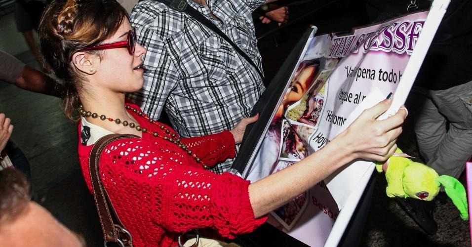 """25.out.2013 - A atriz argentina Martina Stoessel, de """"Violetta"""", desembarca no aeroporto de Guarulhos, em São Paulo, com outros atores da novela infantil e causa tumulto entre fãs. O elenco da produção argentina está no Brasil para realizar uma série de apresentações do show """"Violetta en Vivo"""", primeira turnê da série, no Credicard Hall"""