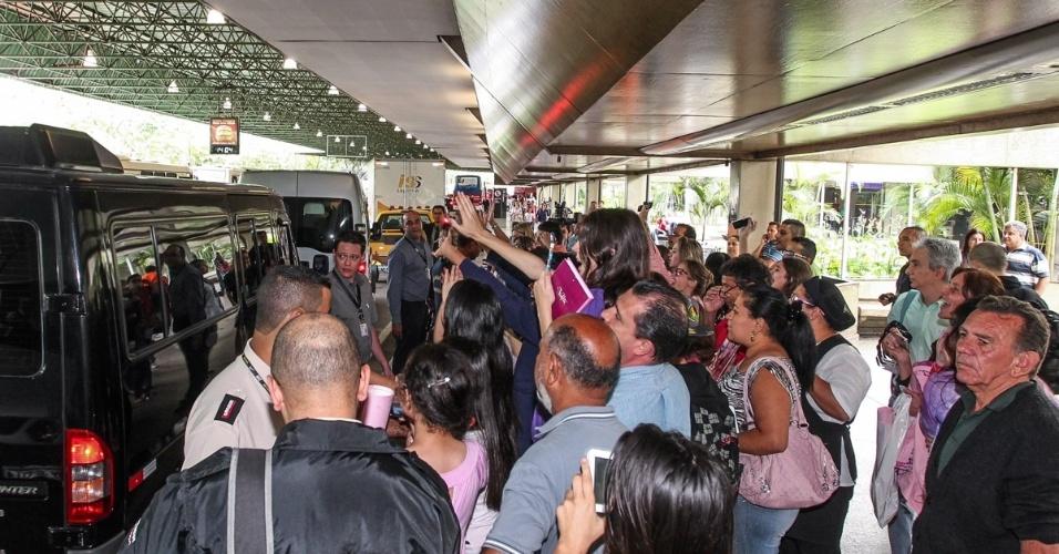 """25.out.2013 - Atores da novela infantil """"Violetta"""" desembarcam no aeroporto de Guarulhos, em São Paulo, e causam tumulto entre fãs. O elenco da produção argentina está no Brasil para realizar uma série de apresentações do show """"Violetta en Vivo"""", primeira turnê da série, no Credicard Hall"""
