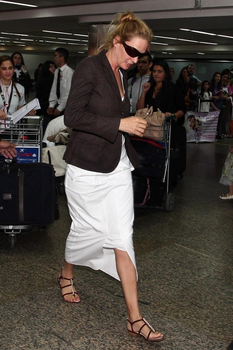 25.out.2013 - Uma Thurman desembarca no aeroporto de Guarulhos, em São Paulo, com a filha Luna. Ela está na cidade para um evento da grife Chanel