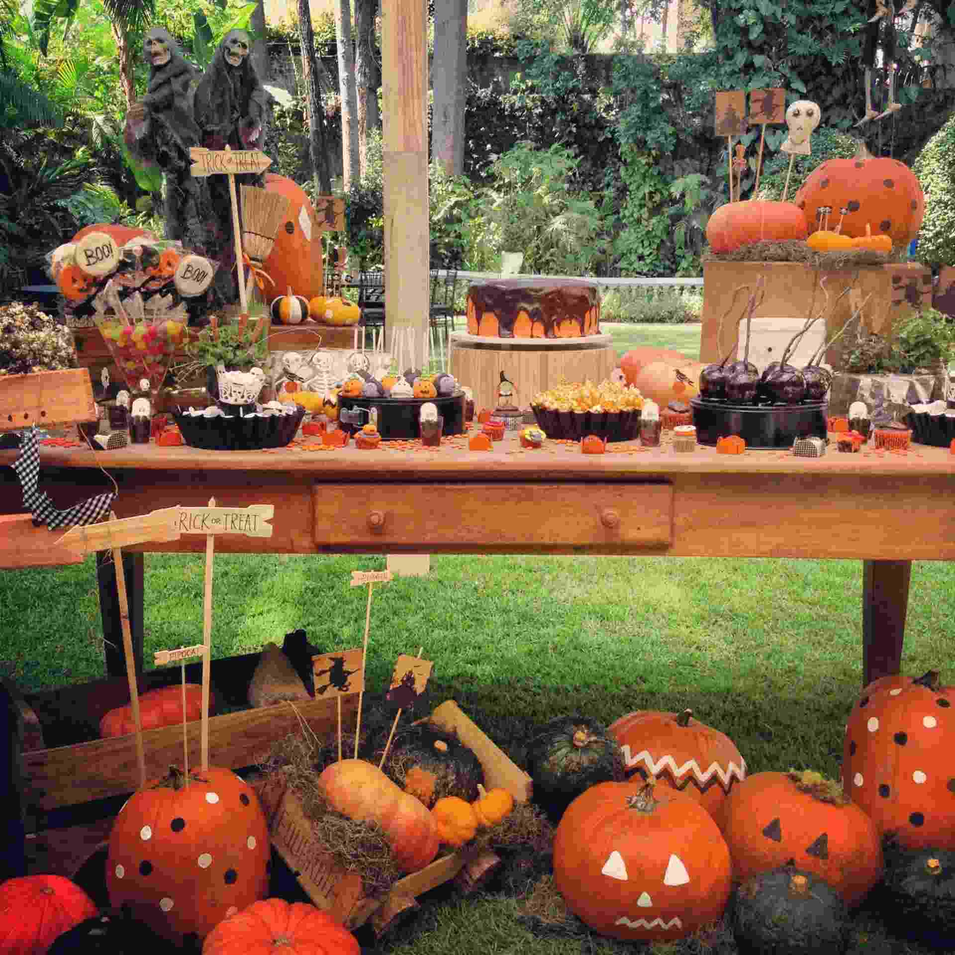 O tema desse aniversário realizado pela Decoração do Baile (decoracaodobaile.wordpress.com) é o Dia das Bruxas, comemorado em 31 de outubro. Os doces decorados e o bolo foram encomendados para Tammy Montagna (www.tammymontagna.com) e a festa contou com bufê da Dedo de Moça (www.dedodemoca.com) - Divulgação