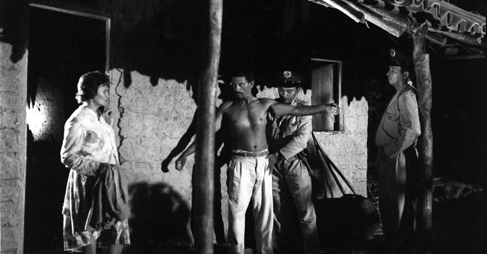 O filme mais famoso de Eduardo Coutinho, sobre a vida e o assassinato de um líder camponês, começou a ser rodado em 1964, mas foi interrompido pelo Golpe Militar. O diretor só conseguiu retomar o projeto dezessete anos depois, procurando e mostrando o que aconteceu com cada um dos personagens que havia entrevistado, inclusive a viúva do camponês. O resultado foi uma das maiores obras-primas do cinema brasileiro e um dos documentários mais importantes da história