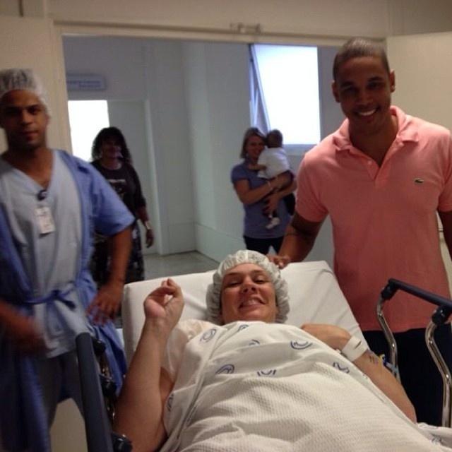 Simony deu entrada na centro cirúrgico nesta sexta acompanhada do marido, Patrick
