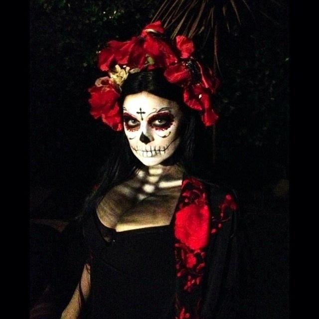 26.out.2013 - Fergie apareceu fantasiada de caveira mexicana em imagem divulgada em seu perfil do Twitter.