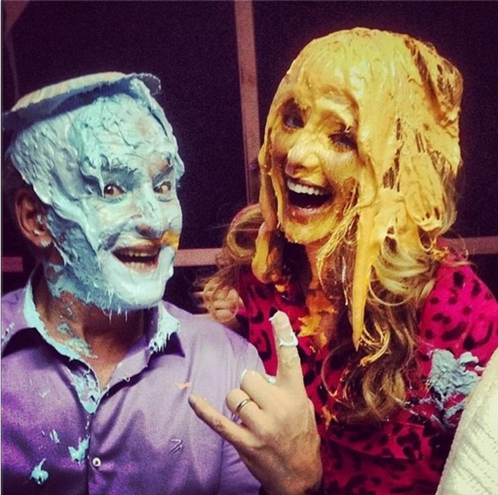 26.out.2013 - Otávio Mesquita e Ticiane Pinheiro levam torta na cara durante a gravação do programa