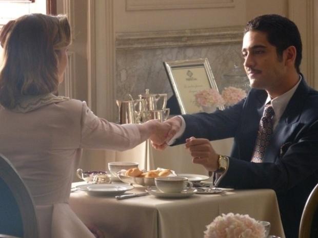 """Em """"Joia Rara"""", Décio propõe a Hilda pacto para enganar Ernest Hauser e seu pai"""