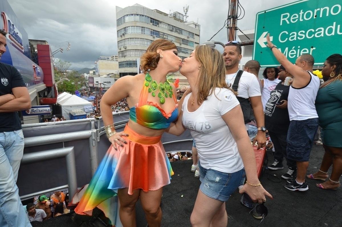 27.out.2013 - Empolgada, Viviane Araújo deu um selinho numa amiga na 13ª edição da Parada do orgulho LGBT de Madureira, neste domingo (27), no Rio. Com o tema