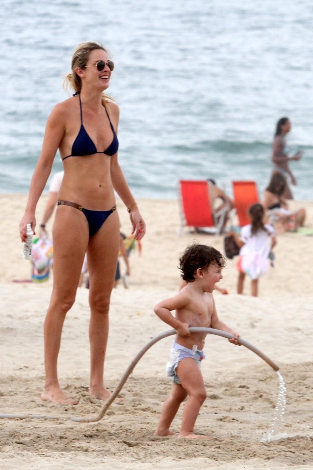 27.out.2013 - Letícia Birkheuer exibe o corpo sarado ao brincar com o filho, João Guilherme, de dois anos, na Praia de Ipanema, neste domingo (27)