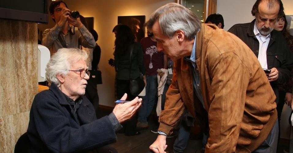 25.out.2013 - O documentarista Eduardo Coutinho conversa com o cineasta Lauro Escorel durante sessão de autógrafos do livro