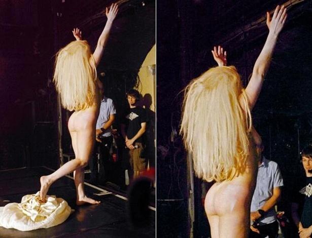 26.out.2013 - Lady Gaga tira a roupa em casa noturna de Londres