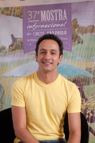 26.out.2013 - O ator Irandhir Santos posa para fotos no lounge da Mostra de São Paulo