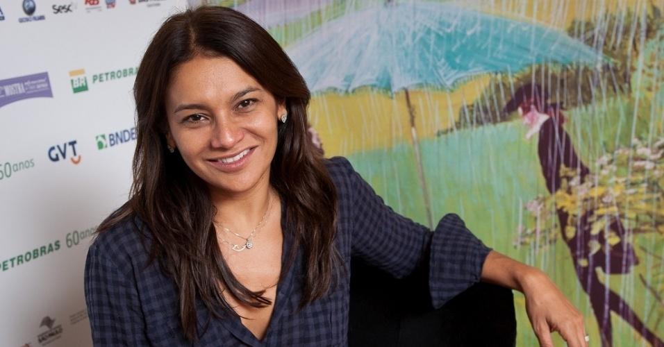 27.out.2013 - A atriz Dira Paes posa para fotos no lounge da Mostra de São Paulo
