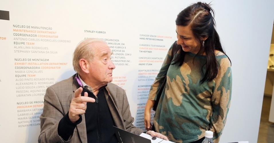 27.out.2013 - A diretora da Mostra de São Paulo, Renata de Almeida, recebe do crítico francês Michel Ciment seu exemplar autografado de