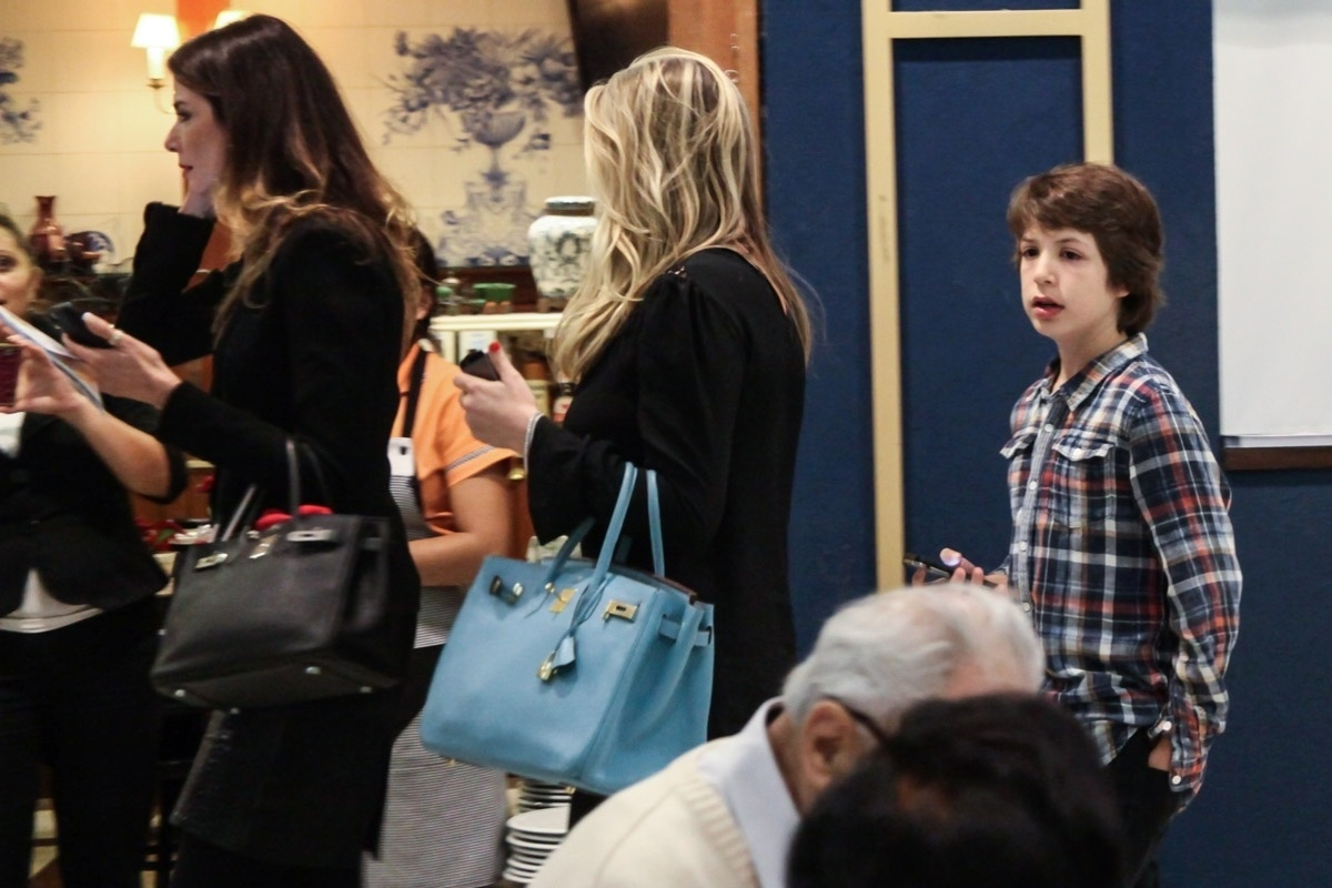 27.out.2013 - Lucas Jagger, filho de Luciana Gimenez e Mick Jagger, aguarda o início da peça