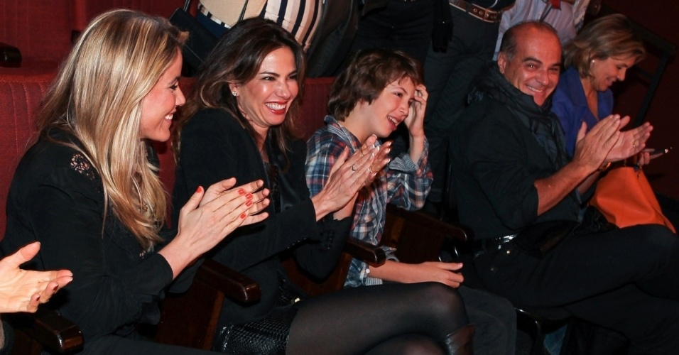 """27.out.2013 - Lucas Jagger, filho de Luciana Gimenez e Mick Jagger, assiste à peça """"Meu Ex-Imaginário"""" ao lado da mãe, do padrasto, Marcelo de Carvalho, e da apresentadora Marina Mantega (esq.), em teatro de São Paulo"""