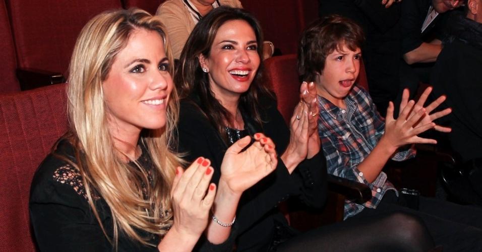 """27.out.2013 - Lucas Jagger, filho de Luciana Gimenez e Mick Jagger, assiste à peça """"Meu Ex-Imaginário"""" ao lado da mãe e da apresentadora Marina Mantega (esq.), em teatro de São Paulo"""