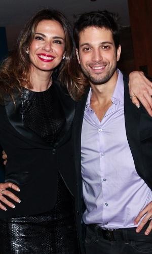 """27.out.2013 - Luciana Gimenez e o irmão Marco Antonio Gimenez posam juntos após a encenação da peça """"Meu Ex-Imaginário"""", estrelada pelo ator, no Teatro Folha, em São Paulo"""
