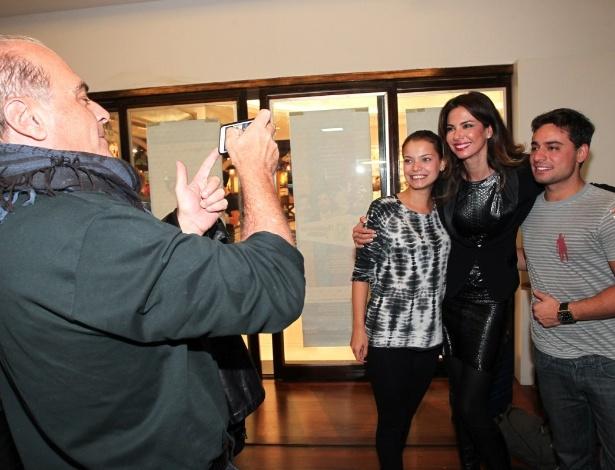 27.out.2013 - Marcelo de Carvalho tira foto da mulher, Luciana Gimenez, com os atores Mirella Toscano e Marcello Gonçalves, no Teatro Folha, em São Paulo