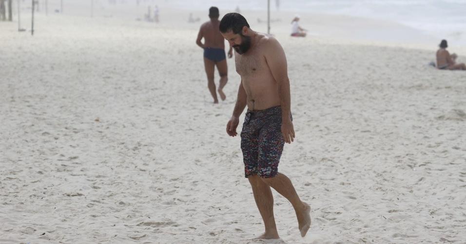 28.out.2013 - Barbudo, Murilo Benício mergulha na praia da Barra, na zona oeste do Rio